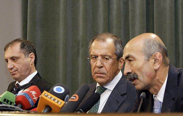 Ruský ministr zahraničí Sergej Lavrov (uprostřed) se svými partnery z Jižní Osetie a Abcházie Muratem Džiojevem (vlevo) a Sergejem Šambou.