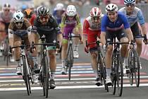 Francouzský cyklista Arnaud Démare (vpravo) a Slovák Peter Sagan v cíli 4. etapy Gira.