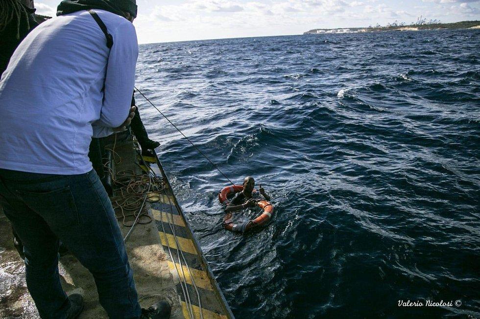 Migranti z německých lodí Sea-Watch a Professor Albrecht Penck přistáli na Maltě
