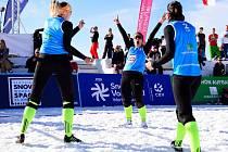 Sestry Dostálovy na snow-volejbalovém turnaji