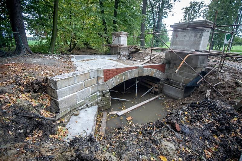 Stavební, restaurátorské a sochařské práce probíhají i na Ostravské bráně.
