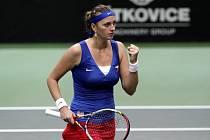 Petra Kvitová se raduje z vyhraného setu ve Fed Cupu proti Stosurové z Austrálie.