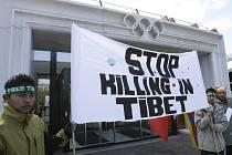 Tibeťané rozvinuli transparent před sídlem Mezinárodního olympijského výboru v Lausanne. Žádali, aby se běh s olympijským ohněm před letošními sportovními svátky vyhnul Tibetu.