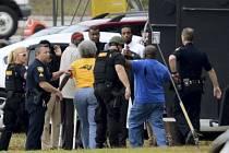 Po dvouhodinovém vyjednávání dnes osvobodili policisté na severu Floridy jedenáct rukojmích, které držel bankovní lupič ve městě Jacksonvillu.