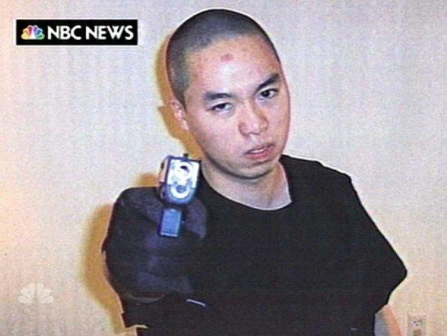 Střelec Čo Sung-Hu na fotografii, kterou sám poslal americké televizní stanici NBC během dvouhodinové proluky mezi svým řáděním na univerzitě.