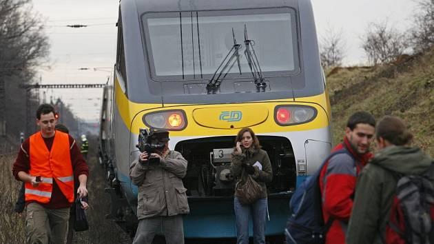 KRÁTCE PO HAVÁRII. Deset minut před sobotním polednem vykolejil v Dolních Počernicích vlak Pendolino. Sto padesáti cestujícím se nic nestalo, škoda je 25 milionů korun.
