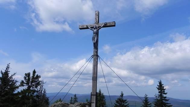Vrcholový kříž na Roklanu, druhé nejvyšší hoře Bavorského lesa. 1453m