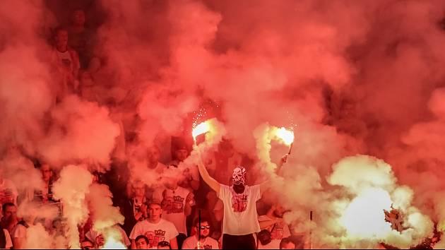 Tvrdé jádro fanoušků dokáže na každém stadionu vytvořit pekelnou atmosféru.
