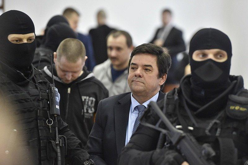 Podnikatel Marian Kočner (druhý zprava) přichází v doprovodu stráže do jednací síně specializovaného trestního soudu v Pezinku.