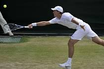 Tomáš Berdych se natahuje po míči ve vítězném utkání 2. kola Wimbledonu. Jeho soupeřem byl Francouz Paul-Henri Mathieu.