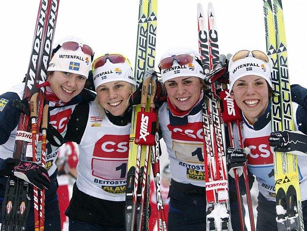 Vítězky dámské štafety. Zleva (Anna Olssonová, Sara Lindborgová, Anna Haagová a Charlotte Kallaová.