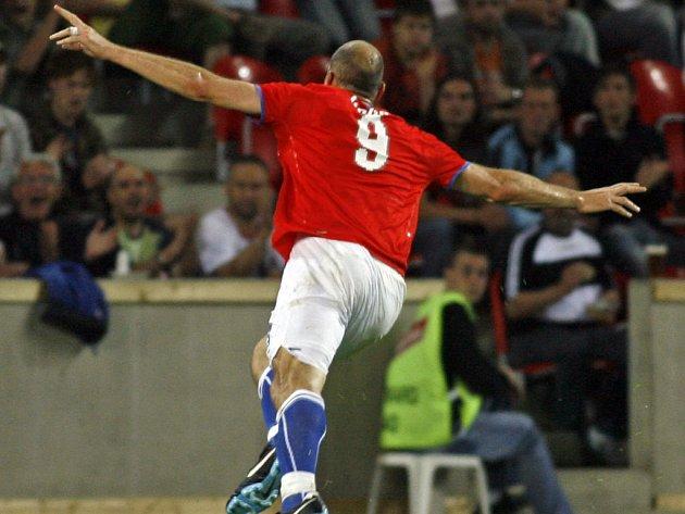 Jan Koller slaví svůj gól proti Litvě.