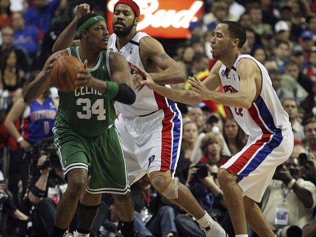 Bostonská opora Paul Pierce hledá skulinu, kterou by procedil přihrávku přes bránící hráče Detroitu Rasheeda Wallace (uprostřed) a Tayshauna Prince.