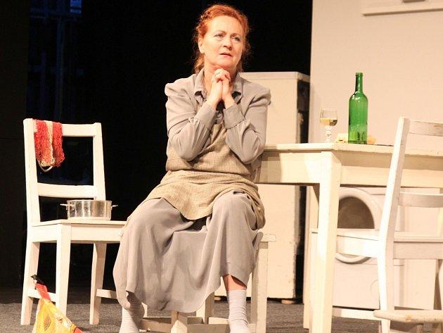Simona Stašová v inscenaci Shirley Valentine, kterou uvádí Divadlo ABC.