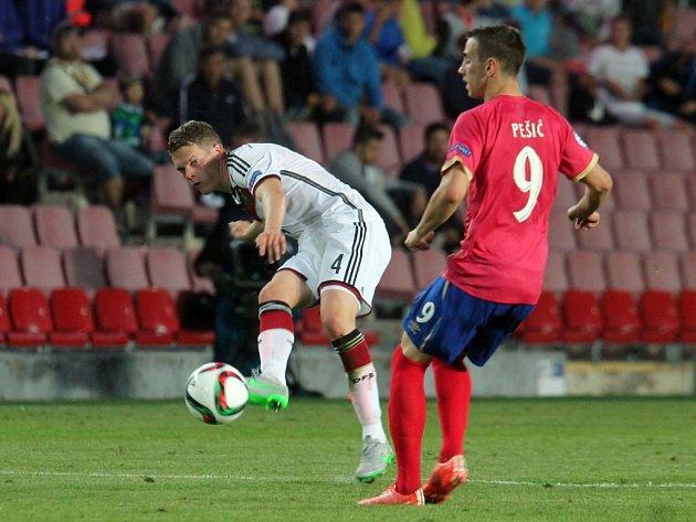 Matthias Ginter z Německa (vlevo) pálí proti Srbsku.