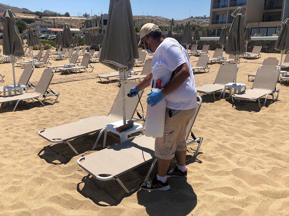 V hotelu je všechno pečlivě dezinfikováno, a to včetně lehátek na pláži.