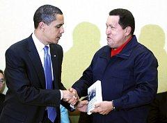 Hugo Chávez předává Barackovi Obamovi knihu, která se rázem stala bestselerem.