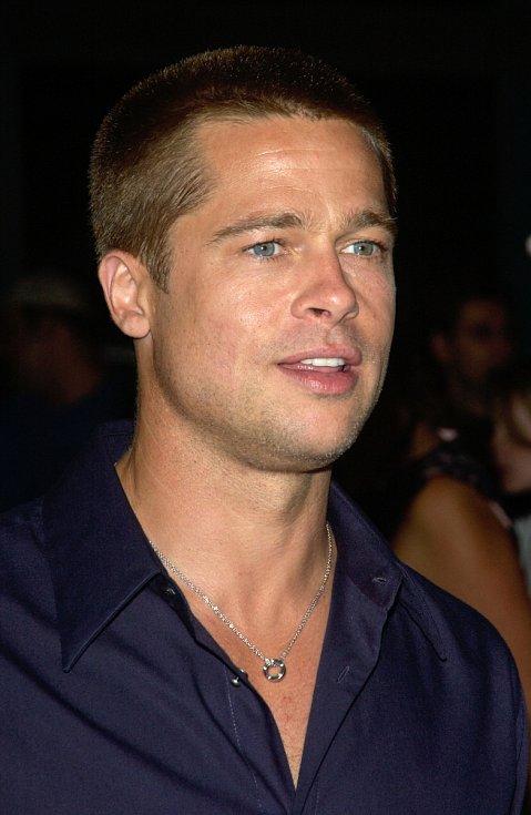 I Brad Pitt se nechal kdysi ostříhat zcela na krátko.