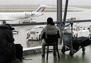 Pasažéři na lyonském letišti Saint-Exupéry čekají na opětovné otevření ranveje
