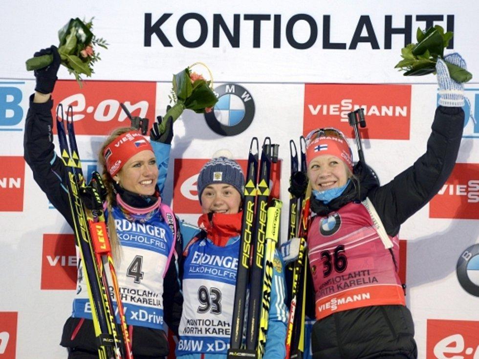 Biatlonistka Gabriela Soukalová (vlevo) skončila na MS ve vytrvalostním závodu druhá. Zlato nečekaně vybojovala Jekatěrina Jurlovová (zprostřed), třetí doběhla Kaisa Mäkäräinenová.