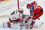Utkání Rusko - ČR, Vpravo hokejista Ruska Anton Burdasov, vlevo brankář Česka Šimon Hrubec