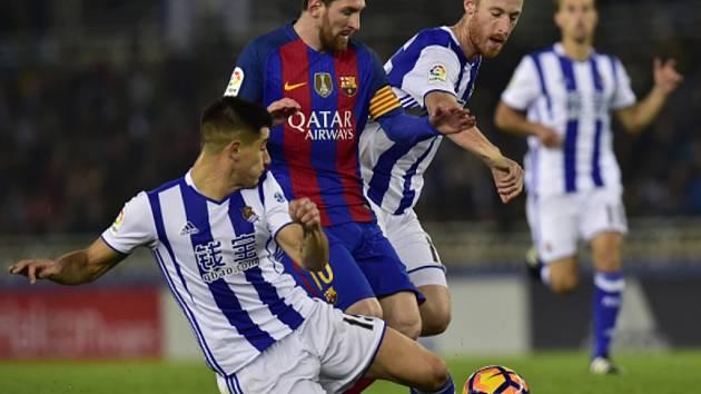 Lionel Messi z Barcelony (uprostřed) se snaží prosadit proti San Sebastianu.