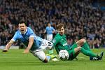 Sergio Agüero z Manchesteru City (vlevo) se poroučí k zemi po faulu brankáře Paris St. Germain Kevina Trappa.