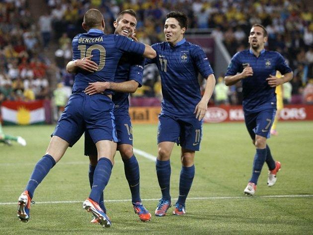 Jérémy Ménez z Francie (druhý zleva) se raduje se spoluhráči z gólu proti Ukrajině.