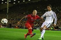 Martin Škrtel z Liverpoolu (vlevo) a Cristiano Ronaldo z Realu Madrid.