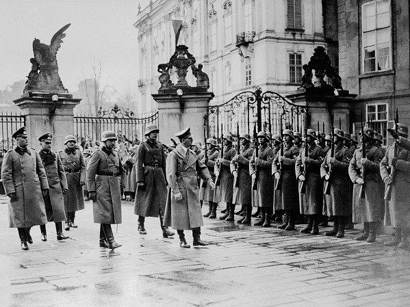 Vůdce a říšský kancléř Adolf Hitler na Pražském hradě při přehlídce čestné jednotky.