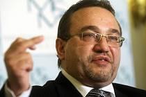 Ministr školství Josef Dobeš se rozhodl rezignovat poté, co na vládě hlasoval proti návrhu, že letos musí v rozpočtu ušetřit 2,5 miliardy korun.