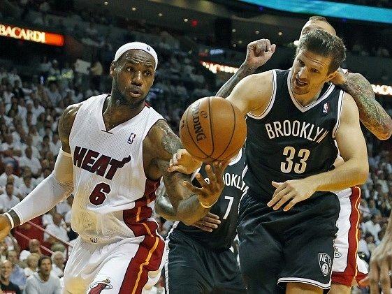 LeBron James z Miami Heat (6) v souboji s Teletovicem (33) z Brooklynu.