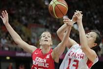 Basketbalistka Eva Vítečková (vlevo) na olympjském turnaji proti Číně.