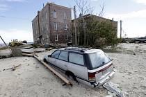 Miliony lidí na východním pobřeží USA se dnes pokoušejí vrátit k normálnímu životu, do něhož jim v úterý tvrdě zasáhla bouře Sandy.