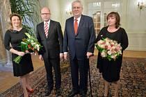 Prezident Miloš Zeman (druhý zprava) s manželkou Ivanou (vpravo) a premiér Bohuslav Sobotka s manželkou Olgou se sešli 2. ledna na zámku v Lánech, kam prezident pozval premiéra na novoroční oběd.