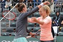 Barbora Krejčíková (vlevo) a Kateřina Siniaková se postaraly na Roland Garros o překvapení, když vyřadily světové jedničky Martinu Hingisovou a Saniu Mirzaovou.