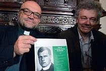Teolog, kněz a církevní historik Tomáš Petráček (vlevo) a antropolog Petr Velemínský vystoupili 25. června v Praze na tiskové konferenci k výsledkům exhumace ostatků umučeného kněze Josefa Toufara.