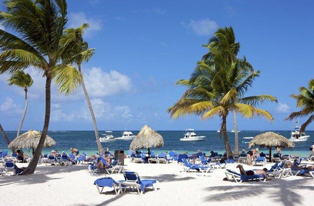 Turisté na pláži v Punta Cana, Dominikánská republika