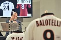 Dražil se i dres největší klubové hvězdy - Maria Balotelliho.