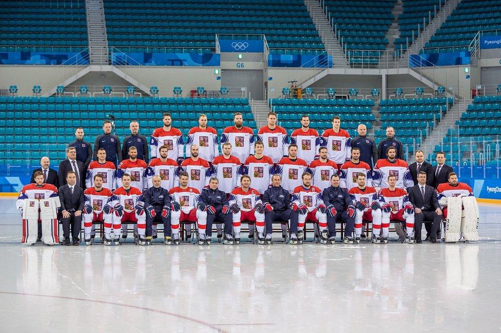 Oficiální fotografie českého hojkejového týmu na olympijských hrách v Pchjongčchangu.