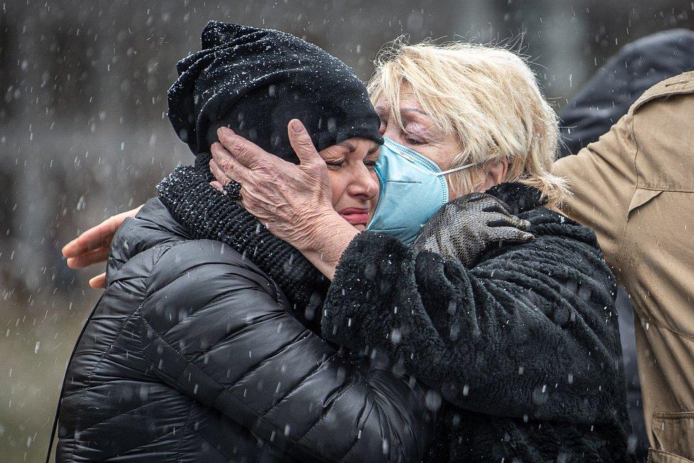 Před budovou Fakultní nemocnicí Ostrava byl odhalen památník obětem loňské tragické střelby, 10. prosince 2020. Někteří z účastní se neubránili slzám.