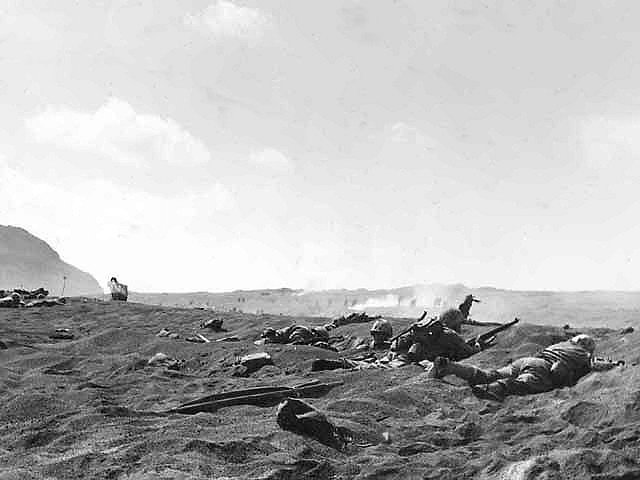 Čtvrtý oddíl americké námořní pěchoty na plážích Iwodžimy