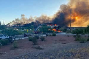 V americké Arizoně vykolejil vlak. Poté se pod ním zřítil most.