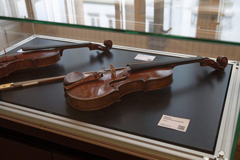 Nejsou housle jako housle. Tyhle z r. 1730 vyrobil Francesco Grancini a stojí miliony korun. Kolik přesně, to se ještě ukáže