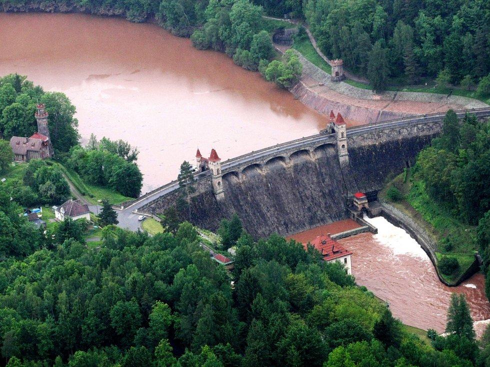 Letecké snímky povodní. Na snímku přehrada Les Království u Dvora Králové nad Labem. Rok 2013