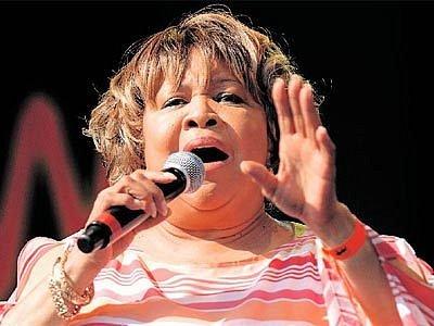 VELKÝ HLAS. Mavis Staplesová se do Chicaga vrátila s tím nejjednodušším doprovodem, jaký si lze u soulové či gospelové divy představit.