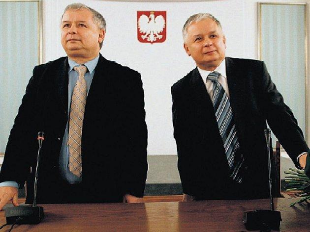 Premiér Jaroslaw Kaczyński (vlevo) a dvojče prezident Lech Kaczyński na jednání své strany ve Varšavě.