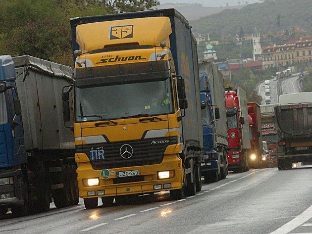 V zácpě. Přes mnohá zdržení vlaky kamionům těžko konkurují.