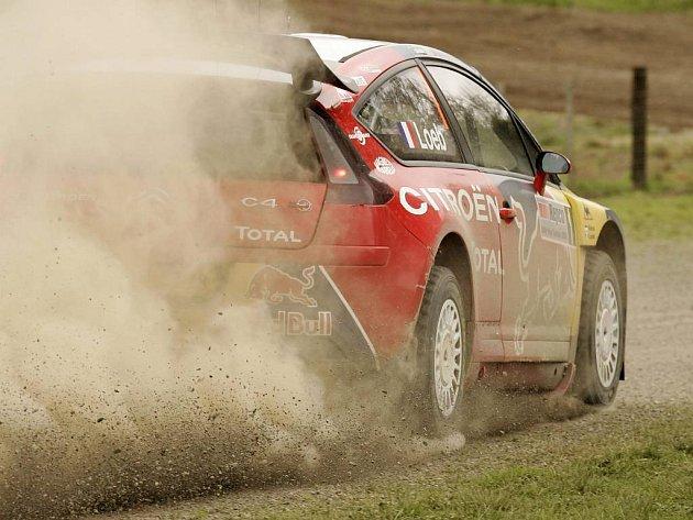 Francouz Loeb na trati druhé etapy Rallye Nový Zéland.