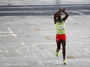 Feyisa Lilesa při olympijském závodu v Riu